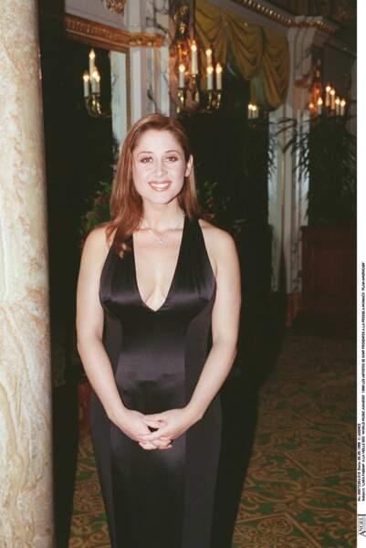 1999 : Lara Fabian très apprêtée la veille des Words Music Awards à Monaco. La belle chanteuse en pleine montée de carrière, porte sans complexe un décolleté échancré. Un look qu'on n'a pas l'habitude de voir sur elle aujourd'hui.