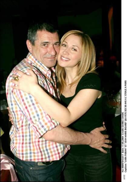 2004 : A l'occasion du 50e anniversaire de Jean Marie Bigard, Lara Fabian emprunte un style assez simple avec un joli brushing et une classique mais indémodable, petite robe noire. Depuis 2002, elle est en couple avec le guitariste et compositeur Jean-Félix Lalanne.