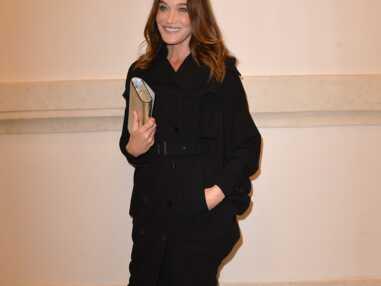 PHOTOS - Carla Bruni divine en trench Gaultier et bas couture