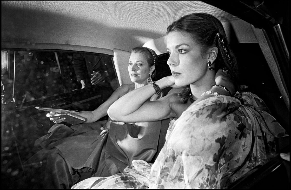 Grace Kelly et sa fille Caroline, à Paris, en mars 1977.