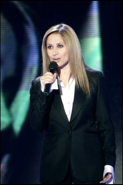 Avril 2005 : Pour l'enregistrement de Vivement dimanche, Lara Fabian joue la simplicité. Comme à son habitude, costume noir et chemise blanche, elle n'en montre jamais trop.