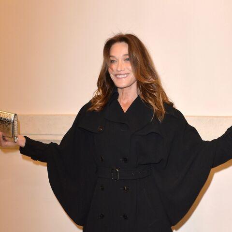 PHOTOS – Carla Bruni divine en trench Gaultier et bas couture
