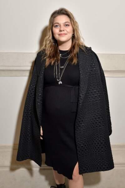 Louane portait une petite robe noire resserrée au niveau de la taille, qui laissait entrevoir son ventre convexe
