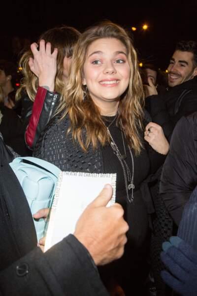 L'arrivée de Louane au défilé Jean-Paul Gaultier était visiblement très attendue