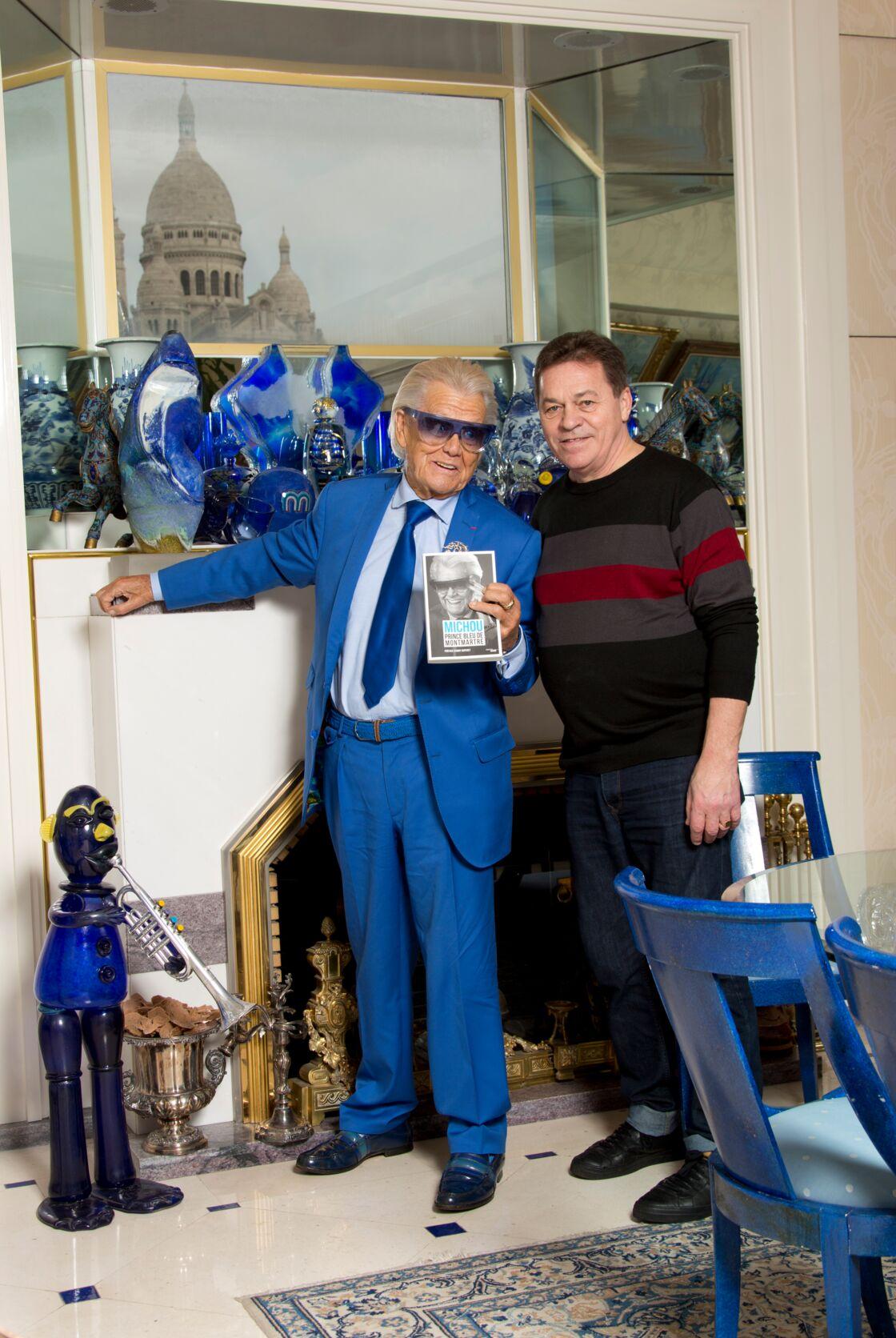 Michou et son compagnon Erwan dans leur appartement de Montmartre, Paris le 24 novembre 2017.