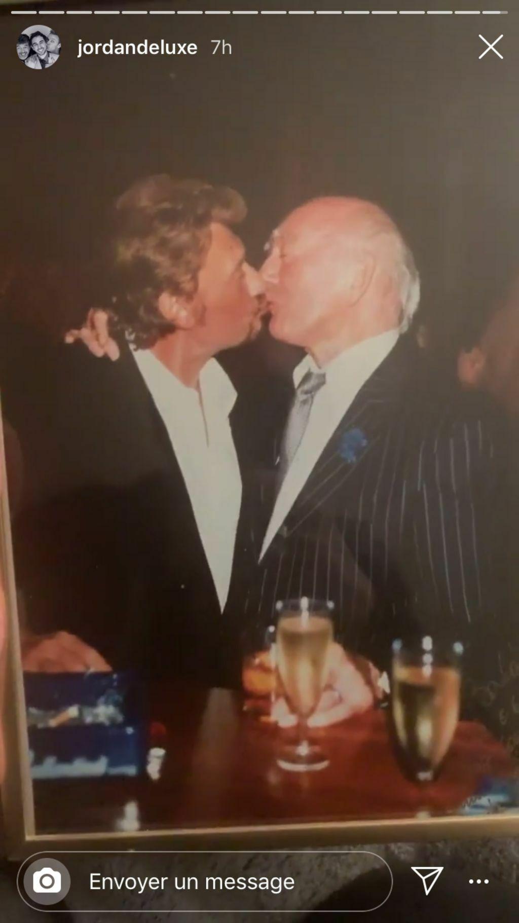 Eddie Barclay embrassant Johnny Hallyday