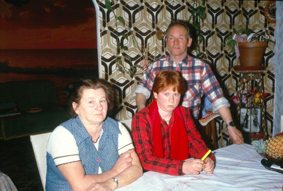 Murielle Bolle entourée de ses deux parents, en 1990.