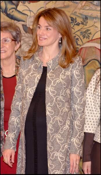 2007 : La princesse Letizia d'Espagne est toujours aussi mince alors qu'elle attend son deuxième enfant, à 35 ans. La jeune maman arbore un carré long et un joli blond vénitien.