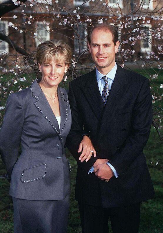 Sophie Rhys-Jones et le prince Edward, lors de l'annonce de leurs fiançailles, en janvier 1999. Même coupe de cheveux, même garde-robe... la promise n'est pas sans rappeler Diana.