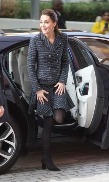 Kate Middleton très chic et décontractée, recycle son ensemble Dolce & Gabbana.
