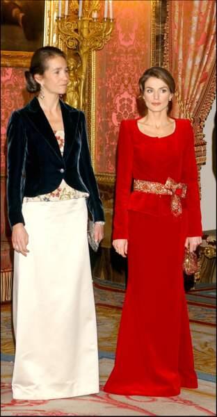 2005 : La princesse Letizia et Elena d'Espagne au Palais-Royal à Madrid. La princesse semble amaigrie en ce début d'année 2005 et sera souvent critiquée pour sa maigreur et son anorexie.