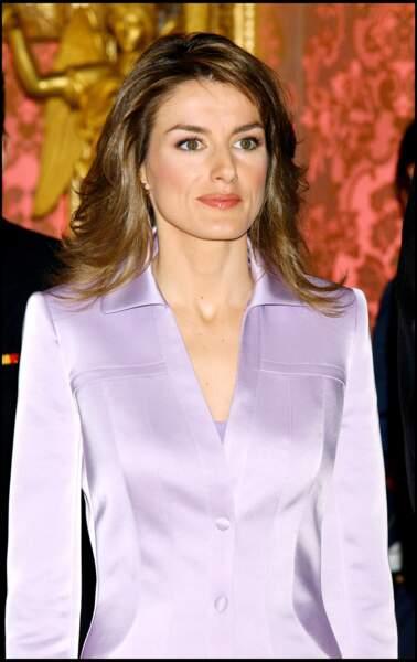 """Avril 2005 : La princesse Letizia avec un brushing à la Farrah Fawcett lors du prix littéraire """" Cervantes Literary Awards"""" à Madrid. Avec ce maquillage travaillé, mais léger et son chemisier couleur lilas, Letizia est toujours distinguée."""