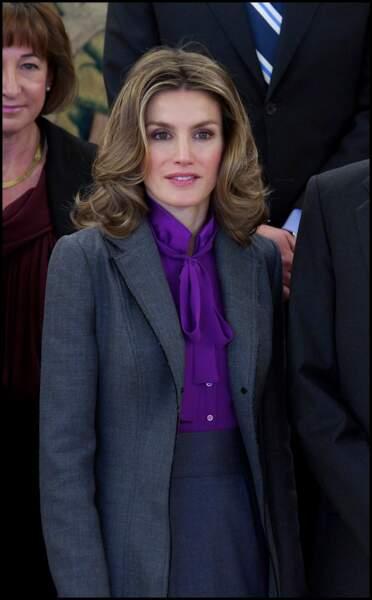 2011 : La princesse Letizia est au Palais-Royal à Madrid dans un magnifique costume gris anthracite. L'ancienne journaliste a rehaussé son look par de grandes boucles lâchées sur les épaules.
