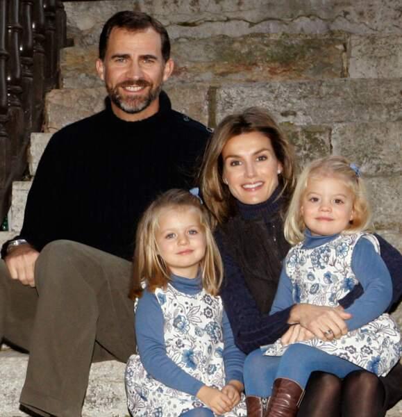 2009 : La princesse Letizia d'Espagne, sublime en compagnie de son époux, le roi Felipe et leurs ses deux filles, Leonor et Sofia.