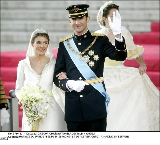 22 mai 2004 : La reine Letizia et le roi Felipe VI le jour de leur mariage. Coiffée d'une jolie tiare, la reine porte une robe de Manuel Pertegaz possédant une traîne de plus de 4 mètres de long.