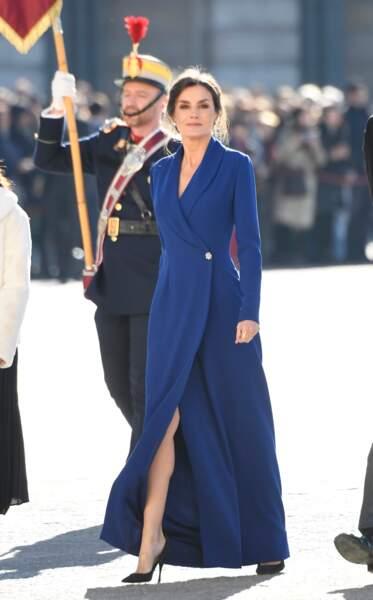 6 janvier 2020 : La reine Letizia d'Espagne, 47 ans, portait une robe bleu roi pour assister à la parade militaire. Classe et sexy, cette robe en dévoile juste assez, laissant apparaître ses jambes absolument parfaites.