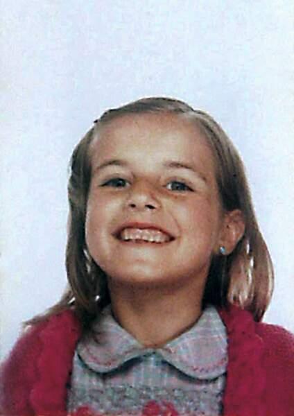 Letizia Ortiz lorsqu'elle était petite. Mâchoire carrée, cheveux blonds, la future reine d'Espagne née le 15 septembre 1972, possède un visage facétieux.