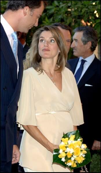 Septembre 2005 : La princesse Letizia est sublime, enceinte de la future princesse Leonor. Comme à son habitude en cette période, elle a les cheveux mi-long avec du volume dans les cheveux.