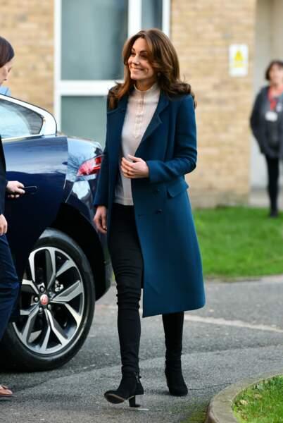 Kate Middleton a craqué pour un beau manteau long bleu, un jean skinny noir, des boots et un nouveau pull en laine crème signé Sézane, la marque frenchie qui buzze.