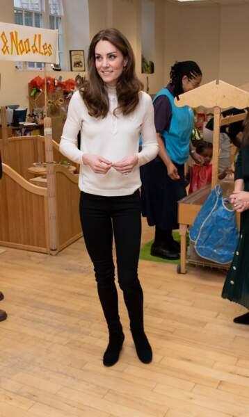 Kate Middleton porte ce pull Sézane avec un jean noir skinny et un brushing ondulé.