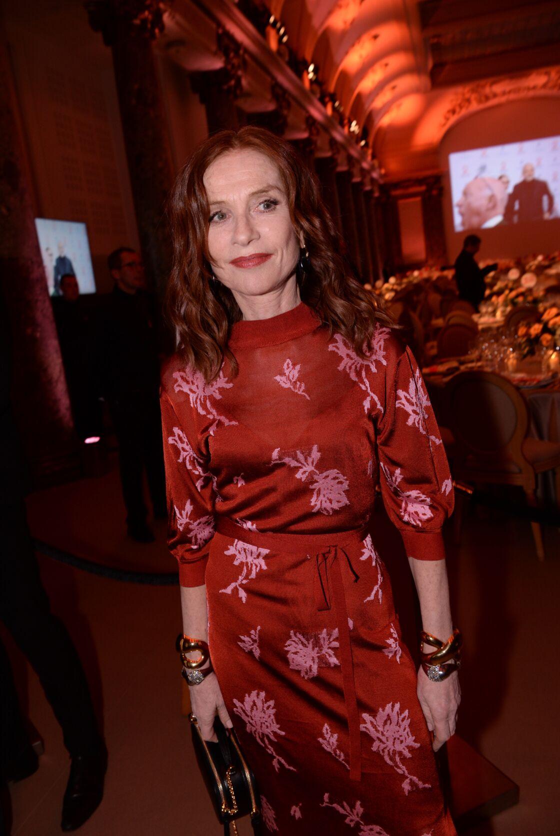 Isabelle Huppert est une adepte du joli rouge avec ses cheveux roux