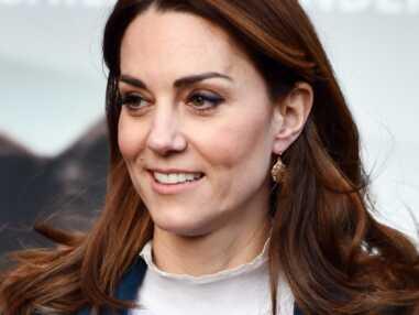 PHOTOS - Kate Middleton rayonnante avec un long manteau bleu et un pull en laine Sézane.