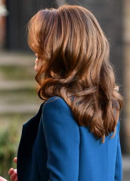 Kate Middleton a opté pour un brushing qui souligne sa nouvelle couleur de cheveux.