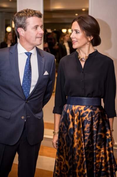 """Le prince Frederik et la princesse Mary du Danemark assistent à la réception """"Danish business delegation"""" à Rome. Le 6 novembre 2018, la princesse porte une jupe cintrée à motif léopard, accordée avec un chemisier noir et une ceinture en cuir."""