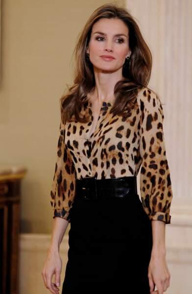 La reine Letizia d'Espagne en octobre 2013 alors qu'elle reçoit en audience une délégation du magazine Telva pour fêter les 50 ans du média. Elle porte un chemisier léopard cintré et ceinturée au niveau de la taille ce qui la met en valeur.