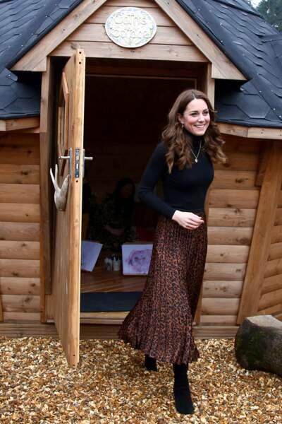 """Kate Middleton est sublime dans cette jupe à motif léopard de la marque Zara, le jour de savisite au centre pour enfants """" Ely Caerau"""" à Cardiff le 22 janvier 2020."""