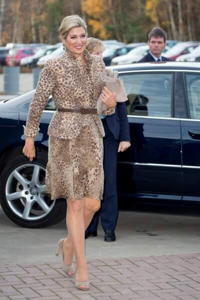 La reine Maxima des Pays-Bas porte un ensemble tailleur imprimé léopard et serré à la taille en novembre 2016.