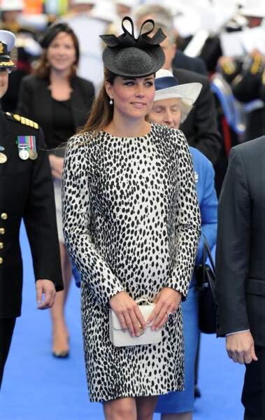 """Kate Middleton, enceinte, porte une robe à imprimé animalier de la marque Hobbs, qu'elle a associé à des escarpins à talon en velours. La duchesse de Cambridge a fait sensation lors de l'inauguration du navire """" Royal Princess """" à Southampton le 13 juin 2013."""