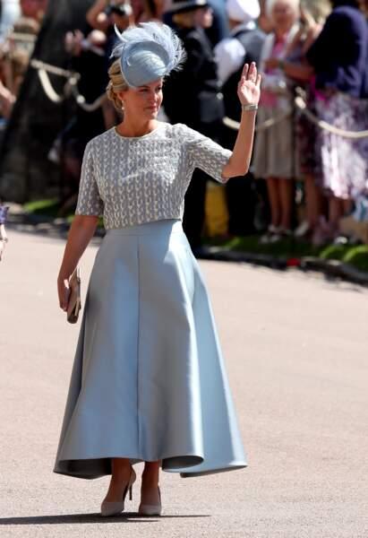 19 Mai 2018 : Sophie de Wessex porte une superbe jupe longue taille haute surplombé d'un petit haut raffiné de la designer Suzannah. Pour se rendre au mariage de Meghan Markle et du prince Harry elle porte également un bibi bleu pale à plume signé Jane Taylor et des accessoires beiges.