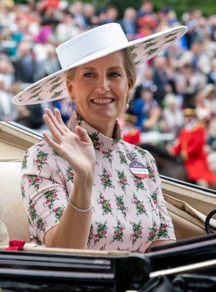 Juin 2019 : La comtesse de Wessex lors de la première journée des courses d'Ascot, porte un grand chapeau assorti aux motifs de sa robe.