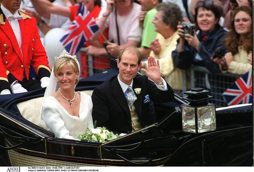 19 Juin 1999 : Sophie Rhys-Jones devient la comtesse de Wessex. Elle porte un long voile retenu par un diadème offert par la Reine d'Angleterre. Ses boucles d'oreille et son collier en perles sont un présent du prince Edward.
