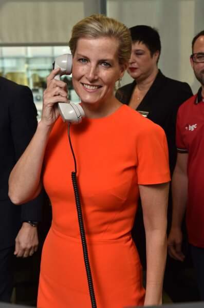 """Septembre 2015 : La comtesse de Wessex a choisi une robe rouge et près du corps à l'occasion du """"Charity Day BGC 2015"""" à Londres."""