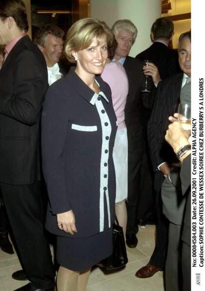 2001 : La contesse de Wessex chic lors d'une soirée chez Burberry à Londres. Avec sa coupe courte, ses yeux bleus et ses taches de rousseur, elle ressemble beaucoup à la princesse Diana.