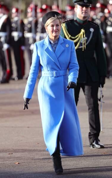 13 décembre 2019 : Sophie de Wessex, toujours à la pointe de la mode avec son long manteau bleu, officier examinateur lors du défilé du souverain à la Royal Military Academy Sandhurst.