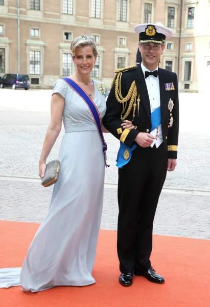 Juin 2015 : La comtesse Sophie de Wessex et le prince Edward Comte de Wessex au mariage de Carl Philip de Suède et Sofia Hellqvist à la chapelle du palais royal à Stockholm. En cette occasion, elle porte une robe fluide assez claire ainsi qu'une tiare et un clutch pailleté.