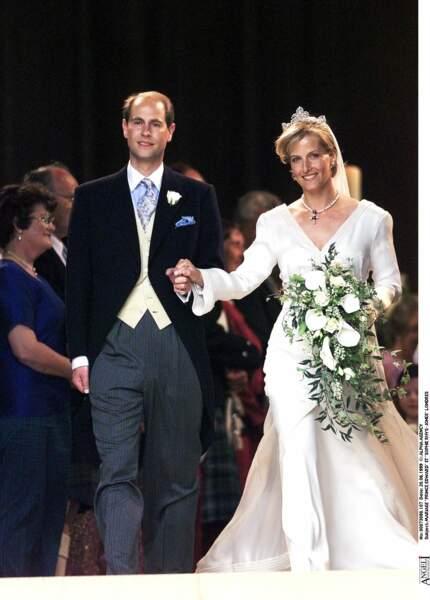 19 juin 1999 : Sophie Rhys-Jones et le prince Edward se marient. La comtesse avait confié la création de sa robe (brodée de 325 000 perles et cristaux) à Samantha Shaw. On lui trouve un faux air de Lady di dans cette tenue de mariage.