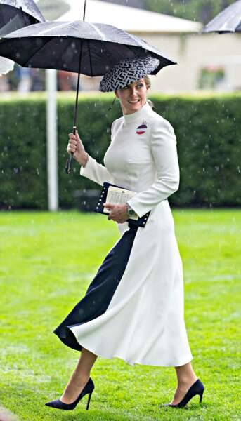 Juin 2019 : La comtesse Sophie de Wessex lors des Courses d'Ascot pour une sublime robe blanche drapée d'un motif noir. Elle a bien sûr, accordé les couleurs de sa robe avec son bibi.