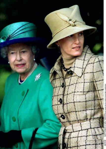 2001 : La comtesse Sophie de Wessex et sa belle-mère, la reine d'Angleterre le jour de Noël. Elle porte un très bel ensemble à carreaux et montre déjà son amour des chapeaux. Elle est très proche de la reine depuis toujours.