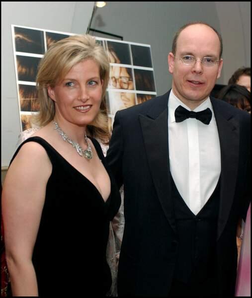 Mars 2006 : La comtesse Sophie de Wessex est en compagnie du prince Albert II lors d'un diner de gala pour Childline Organisation. La comtesse porte une sublime robe noire mettant en valeur sa poitrine. À son habitude très sage, elle porte rarement des décolletés plongeant.