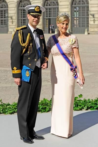 8 juin 2013 : Le prince Edward et la comtesse Sophie de Wessex au mariage de la princesse Madeleine et de Chris O'Neill en Suède. Elle porte alors une longue robe en coupe droite. Elle a choisi une robe assez claire dans les tons rose et porte de nouveau une jolie tiare.