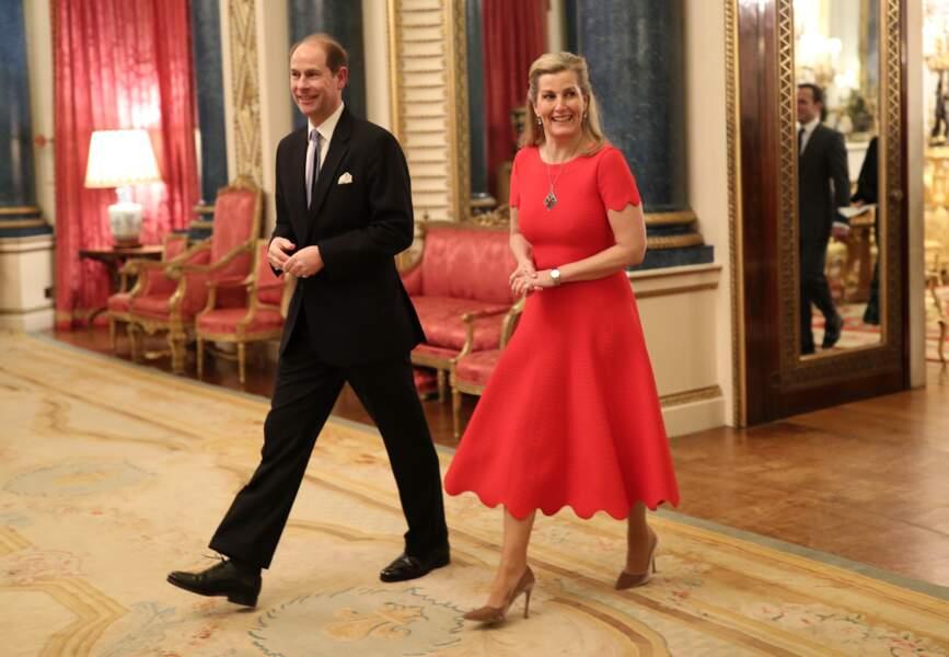 20 janvier 2020 : Sophie de Wessex, ultra chic le jour de ses 55 ans. Elle porte une robe Alaia avec un décolleté dans le dos et sa demi-queue de cheval. Contrairement à Kate qui opte pour un total look rouge, la comtesse Sophie associe sa tenue avec des talons camel. Elles portent un look similaire en cette occasion.