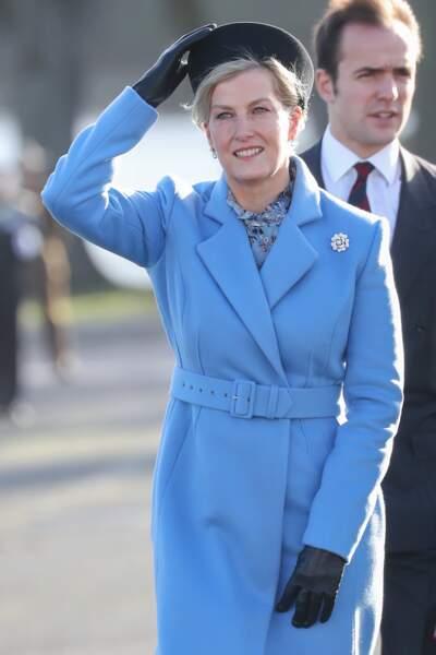 13 décembre 2019 : Sophie de Wessex porte un sublime manteau long bleu ciel lors du défilé du souverain à la Royal Military Academy Sandhurst en Angleterre. Toujours d'une grande élégance.