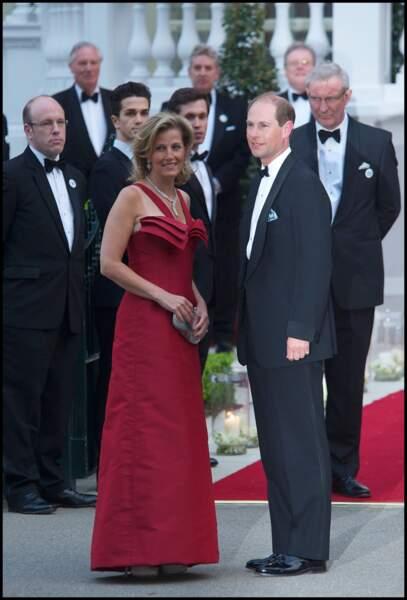 Avril 2011 : Le prince Edward et la comtesse de Wessex, en robe rouge longue lors d'un dîner à Londres, la veille du mariage de Kate Middletonet William.