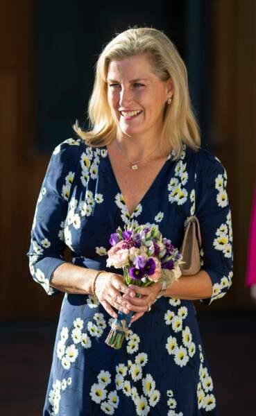 """Septembre 2018 : La comtesse de Wessex, porte une petite robe à fleurs pour se rendre à la célébration du 15ème anniversaire du """" Me2 Club """" à l'école Addington à Woodley. Un style léger et décontracté qu'on n'a pas l'habitude de voir sur Sophie de Wessex."""
