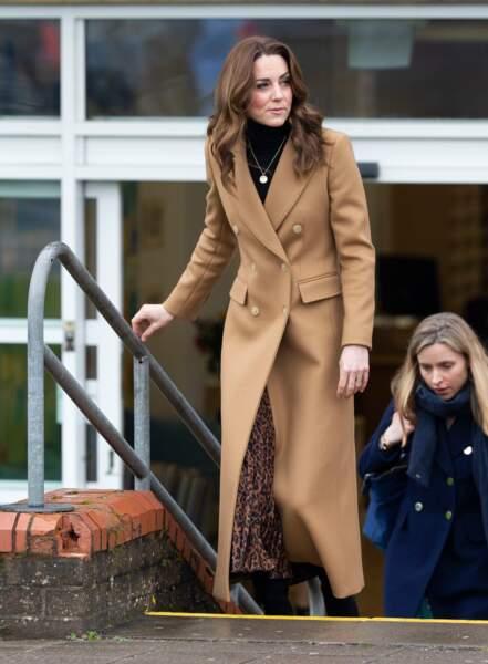 Kate Middleton a aussi fait sensation avec ce manteau camel Massimo Dutti soldé, tout comme sa jupe Zara.
