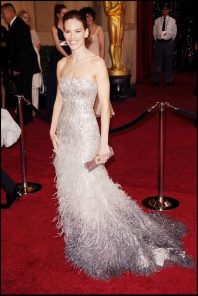 Hilary Swank est sublime dans la robe à plume Gucci qu'elle porte à l'occasion de la cérémonie des Oscars de 2011